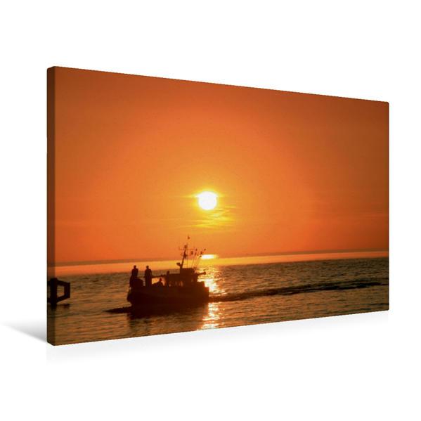 Premium Textil-Leinwand 75 cm x 50 cm quer, Rückkehr eines Fischerbootes bei Sonnenuntergang | Wandbild, Bild auf Keilrahmen, Fertigbild auf echter Leinwand, Leinwanddruck - Coverbild