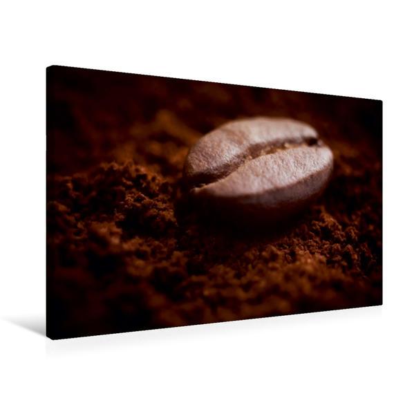 Premium Textil-Leinwand 75 cm x 50 cm quer, Eine Kaffebohne liegt auf duftendem frisch gemahlenem Kaffee | Wandbild, Bild auf Keilrahmen, Fertigbild auf echter Leinwand, Leinwanddruck - Coverbild