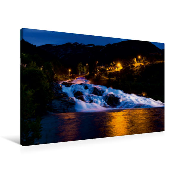 Premium Textil-Leinwand 90 cm x 60 cm quer, Sehnsucht Norwegen - Der Wasserfall Hellesyltfossen wir nachts beleuchtet   Wandbild, Bild auf Keilrahmen, Fertigbild auf echter Leinwand, Leinwanddruck - Coverbild