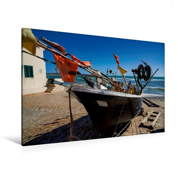 Premium Textil-Leinwand 120 cm x 80 cm quer, Fischerboot in Sampieri | Wandbild, Bild auf Keilrahmen, Fertigbild auf echter Leinwand, Leinwanddruck - Coverbild